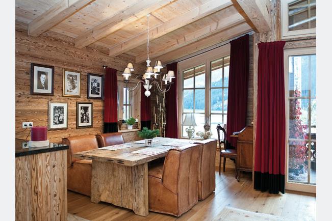 Neuholzdachstuhl mit Altholz kombiniert, Tisch mit Altholzbohlen