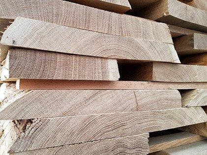 Aus regionalen Hölzern wie Eiche, Esche oder Buche werden im Sägewerk Schnittholz und Zuschnitte für verschiedenste Anwendungsgebiete produziert.
