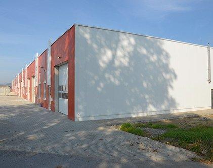 Vor wenigen Monaten wurde dieser Betriebspark von Betriebsbauschuster fertiggestellt. Das Gebäude bietet Platz für mehrere Kleinunternehmen.