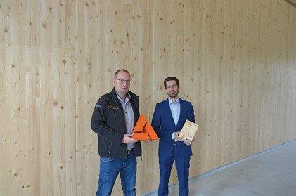 Frischeis-Vertriebsingenieur Markus Danninger und Betriebsbauschuster-Geschäftsführer Christoph Schuster (v. li.) im neu errichteten Betriebspark Harmannsdorf