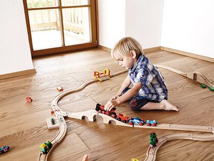 Absolut fußwarm: Holz am Boden erzeugt Wohlfühlambiente für Jung und Alt.