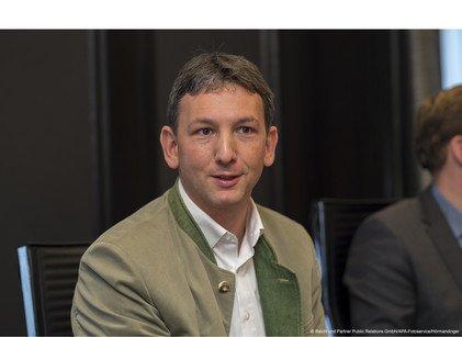 JAF-Geschäftsführer Alexander Flatischler setzt sich für Furniere ein