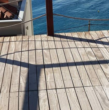 Со временем древесина кумару приобретает переливающйся серебристый цвет, если не покрывать её периодически UVмаслом. Это нисколько не влияет на прочностные характеристики Кумару. Тем более, что выцветший слой можно снять шлифовкой или специальной химией.