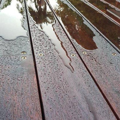 Мербау, покрытая защитным маслом, после дождя
