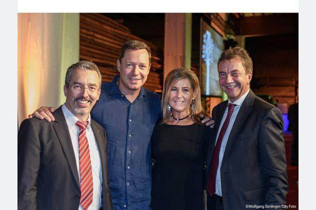Niederlassungsleiter DI Christoph Kapeller, Kabarettist Alex Kristan, Brigitte Strahberger von JAF Linz, JAF-Geschäftsführer Mag. Werner Stix (v. l. n. r.).