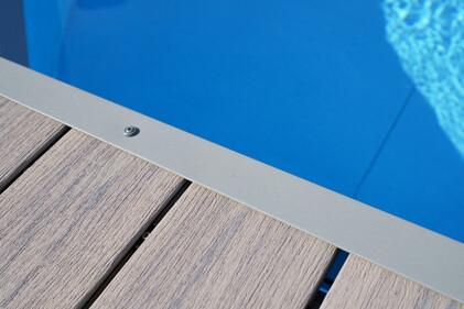 Verlegte MPC (Mineral Plastic Composite) Terrasse am Pool