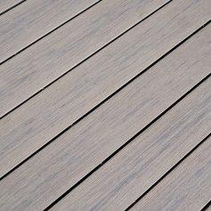 Nahaufnahme von einer perfekt verlegten MPC (Mineral Plastic Composite) Terrasse