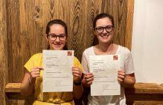 Lehrlinge Eva-Maria Wörndle und Anna-Lena bei JAF Kramsach erhalten Begabtenförderung aufgrund hervorragender Leistungen.