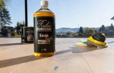 Öl und weitere Reinigungsprodukte für die richtige Pflege des Holzbodens.