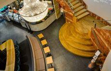 Ein Szenelokal im tschechischen Brünn zeigt, wie die natürliche Ästhetik von Holz zum entscheidenden Designfaktor werden kann.