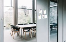 Die magnetische Haftkraft kombiniert mit der Beschreibbarkeit der Oberfläche eröffnet vielfältige Einsatzmöglichkeiten in Büros, Meetingräumen oder in der Küche.