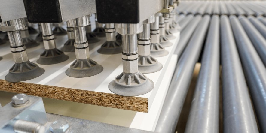 Verarbeiterinnen und Verarbeiter profitieren von der effizienten Herstellung von Möbeln, mit einer Produktionszeit der Möbelteile von 3 Tagen ab Werk.